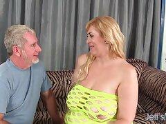 فتاة السمسار يقدم رجل إلى شقة فلم سكسي عراقي وجسده
